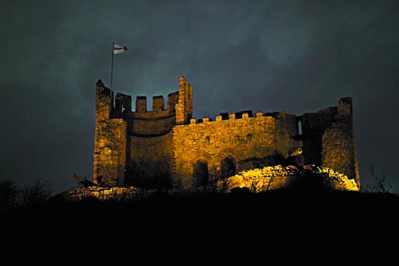 dzg_castle_lit